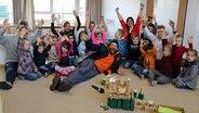 Schüssel-Schorse mit den Erziehern und Kindern der Bienengruppe der Kindertagesstätte St. Ursula © NDR Fotograf: Jessi Schantin