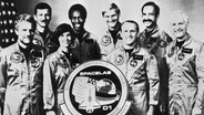 Die Crew der Raumfähre Challenger (vorne von links nach rechts): Reinhard Furrer, Bonnie J. Dunbar, Henry W. Hartsfield. Hinten von links nach rechts: Steven R. Nagel, Guion S. Bluford, Ernst Messerschmid, Wubbo J. Ockels, James F. Buchli. Das Bild ist entstand am 1. Oktober 1985 im Kennedy Space Center, Florida, USA. © picture alliance Foto: NASA