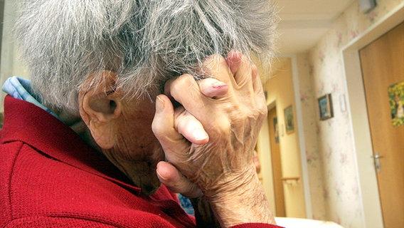 Vollgepumpt mit Psychopharmaka - Alte Menschen in Pflegeheimen