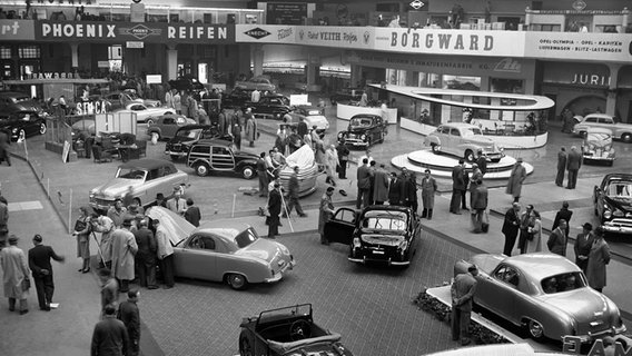 Übersicht über die große Ausstellungshalle der IAA am 18.04.1951, einen Tag vor der Eröffnung der Internationalen Automobilausstellung (IAA) in Frankfurt am Main. © picture alliance / Richard Koll | Richard Koll