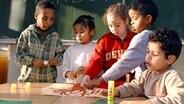Kinder verschiedener Nationalitäten basteln zum Thema Herbst © picture-alliance/dpa Foto: fm/sv