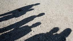 Schatten von Kindern und Jugendlichen © picture-alliance/Godong Foto: Fred de Noyelle