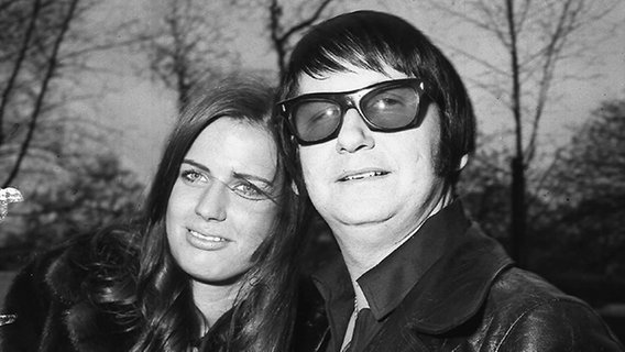 Musiker Roy Orbison 1970 mit seiner Frau Barbara. © picture-alliance/Photoshot