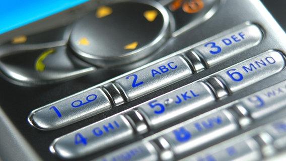Nahansicht eines silbernen Mobiltelefons © picture-alliance/KPA Foto: Christoph Weiser