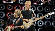 Andy Summers (L) and Sting (R) performen zuammenn auf der Bühne. © picture-alliance/ dpa Foto: epa Lane