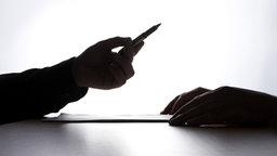 Eine Hand hält einen Stift auffordernd seinem Gegenüber hin. © panthermedia Foto: G. Graziano