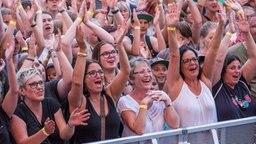 Das Publikum feiert Michael Patrick Kelly auf der stars@ndr2-Bühne in Heide. © NDR Fotograf: Axel Herzig