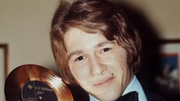 """Peter Maffay, 1970 mit Goldener Schallplatte seines Hits """"Du"""" © dpa - Bildarchiv © dpa - Bildarchiv"""
