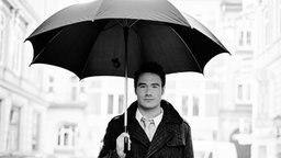 Sänger Sasha mit Regenschirm © Warner Music