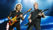 Kirk Hammett und James Hetfield von Metallica spielen auf einem Festival in Kanada. © picture alliance / AP Photo Foto: Amy Harris
