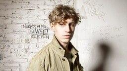 Porträtfoto von Sänger Tim Benzdko. © Alexander Gnädinger