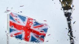 Britische Fahne - Blick durch eine vom Regen nasse Scheibe © dpa Fotograf: Wolfgang Kumm