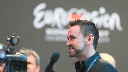 Rundfunk-Moderator Thomas Mohr vor dem Logo des Eurovi´sion Song Contest  Foto: Rolf Klatt