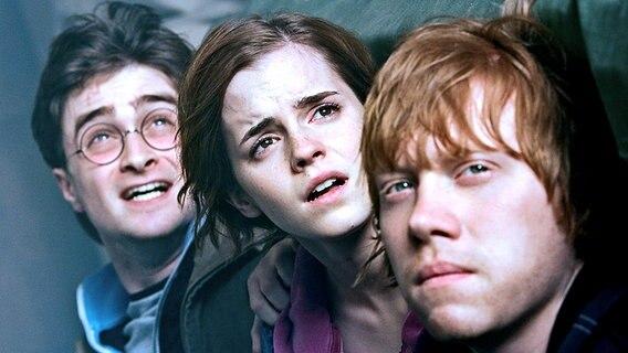 """Filmszene aus """"Harry Potter und die Heiligtümer des Todes - Teil 2"""": Harry, Hermione und Ron schauen ängstlich. © ITAR-TASS/ Karo Premier Film Company"""