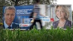 Wahlplakate der CDU mit ihrem Spitzenkandidaten Norbert Röttgen und der SPD mit Ministerpräsidentin Hannelore Kraft. © dpa-Bildfunk Fotograf: Martin Gerten dpa/lnw