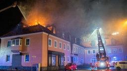 Eine brennende Flüchtlingsunterkunft in Bautzen. © dpa Bildfunk Foto: Rico Loeb