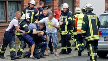 Gaffer bei einer Auseinandersetzung mit mehreren Feuerwehrleuten und Polizisten. © dpa Picture Alliance Fotograf: Theo Bick