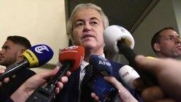 Der niederländische Rechtspopulist Geert Wilders wird von verschieden Fernsehsendern interviewt. © imago/Hollandse Hoogte