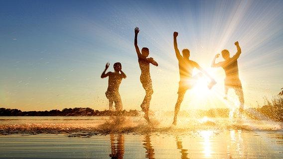 Junge Leute springen ins Wasser an einem See © Fotolia.com Foto: Thaut Images