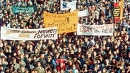 Demonstranten mit Transparenten am 18. November 1989 in Leipzig © dpa/picture-alliance