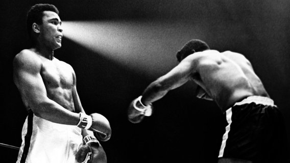 Der amtierende Weltmeister im Schwergewichts-Boxen Muhammad Ali (l) verteidigt seinen Titel gegen Floyd Patterson in Las Vegas am 22. November 1965. Ali gewann durch Technischen K.O. in der 12. Runde. © picture alliance / Schulmann-Sachs Foto: picture alliance / Schulmann-Sachs