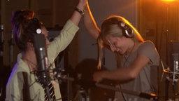 Lina Magull und Kathrin Heindrich bei Aufnahmen zum Frauenfußball-EM-Song mit der NDR Bigband. © NDR