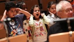 Kinder singen und halten ihre Hände hinter die Ohren. © NDR Fotograf: Marcus Krüger