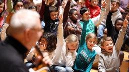 Blick über die Schulter eines Musikers auf die Kinder im Publikum © NDR Fotograf: Marcus Krüger