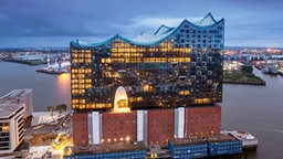 Die Elbphilharmonie am Abend (Nordansicht) © Elbphilharmonie Konzerte Foto: Thies Raetzke