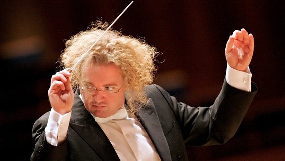 Conductor Stéphane Denève in concert © Drew Farrell
