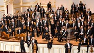 Gruppenfoto: Die Musiker des NDR Sinfonieorchesters auf einer Konzertbühne © NDR Fotograf: Marcus Krüger