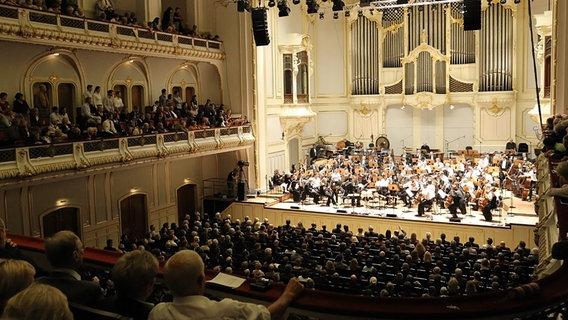 Konzertszene Blick Aus Dem Zuschauerraum Auf Die Buhne Des Grossen Saals Der Laeiszhalle C NDR Bild Vergrossern
