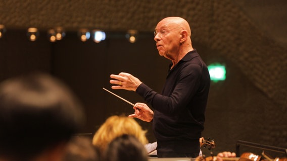 Screenshot: Christoph Eschenbach dirigiert eine Probe in der Elbphilharmonie © NDR Foto: Screenshot