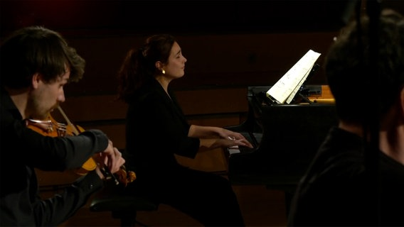 Screenshot: Pianistin Anna Vinnitskaya im Konzert © NDR Foto: Screenshot