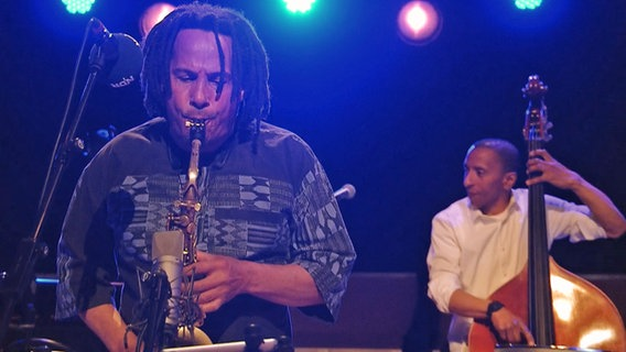 Screenshot: Leandro Saint-Hill beim NDR Jazz Konzert am 5. Mai 2021 © NDR Foto: Screenshot