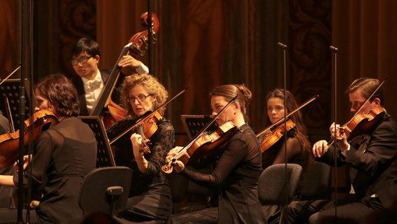 Festliche Stimmung mit Mozarts Requiem | NDR.de