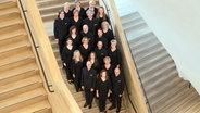 Ensemblefoto im Treppenhaus der Elbphilharmonie Hamburg: der NDR Chor © NDR Foto: Michael Zapf
