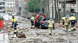 Trümmerteile liegen nach einem Anschlag auf einer Straße in Oslo. © picture alliance / dpa Foto: Berit Roald