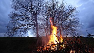 Ein brennendes Osterfeuer in der Dämmerung | imago stock&people