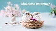 Zwei bemalte Eier mit Gesicht lehnen aneinander. © photocase Foto: alias emma
