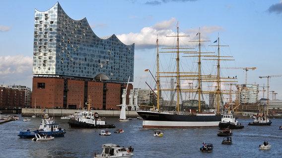 """Begleitet von dutzenden Schiffen trifft die Viermastbark """"Peking"""" (r.) in Hamburg ein. © picture alliance/rtn - radio tele nord Foto: frank bründel"""