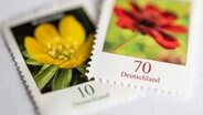 Zwei Briefmarken © picture alliance / dpa Foto: Fabian Sommer