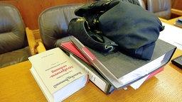 Prozessakten in einem Gerichtssaal