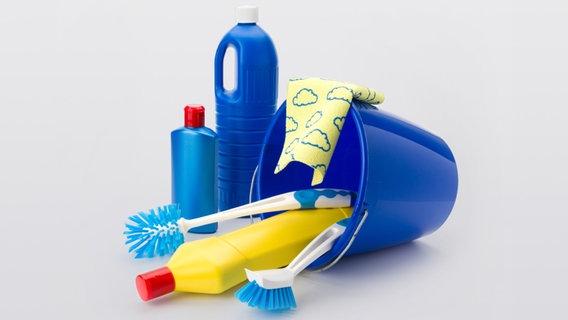 Putzeimer mit Putzmittel und Bürsten. © fotolia Fotograf: TELCOM-PHOTOGRAPHY