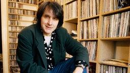 Peter Urban im Jahr 1992 vor seiner Plattensammlung. © NDR