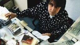 Peter Urban im Jahr 1992 an seinem Schreibtisch auf dem viele CDs liegen. © NDR
