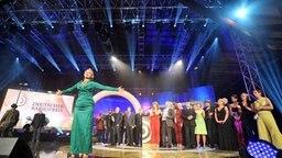 Moderatorin Barbara Schöneberger mit den Preisträgern des Deutschen Radiopreises 2011 © dpa Foto: Angelika Warmuth