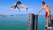 Zwei Jungen springen in einen Badesee. © Picture-Alliance/Bildagentur Huber