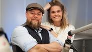 Stefan Kuna et Theresa Hebert ensemble au NDR 1 Radio MV Studio © NDR Photo: Jan Baumgart
