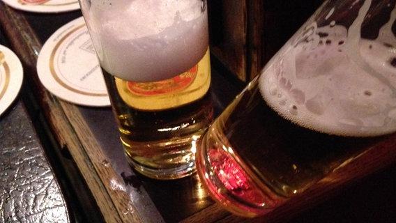 Ein Bier kippt vom Tisch  Fotograf: Sina van Vorst